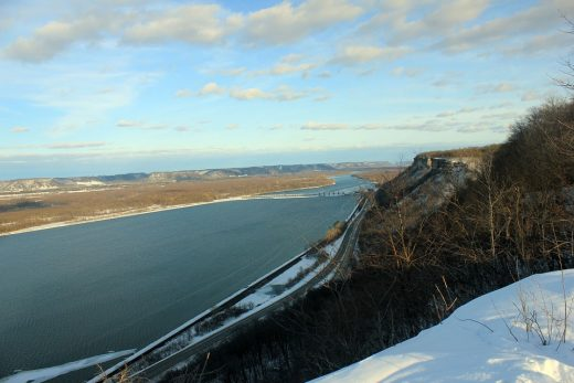 Mississippi river during daytime.